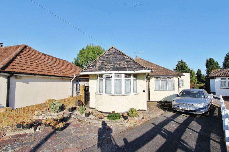 4 Bedrooms Detached Bungalow for sale in Hamlet Close, Collier Row, RM5