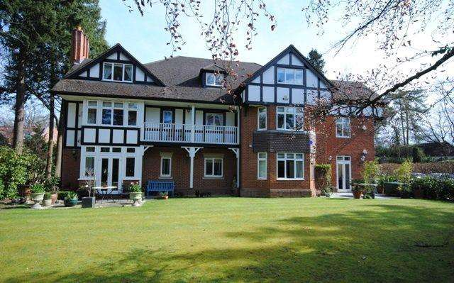 2 Bedrooms Flat for sale in Larch Avenue, Sunningdale