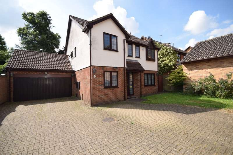 5 Bedrooms Detached House for sale in Sydenham Close, Romford, Essex, RM1