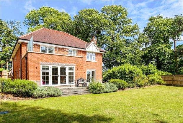 5 Bedrooms Detached House for sale in Winterbourne Close, Farnham, Surrey
