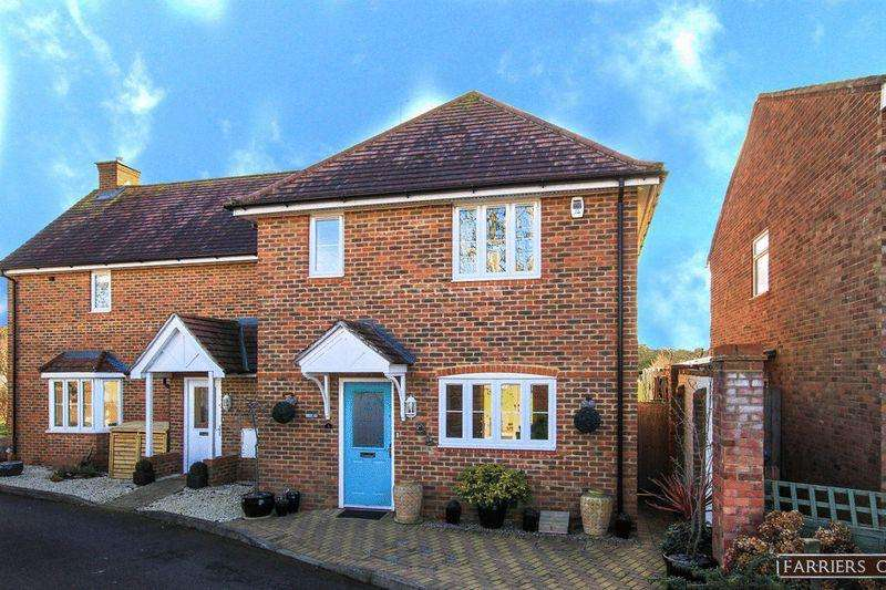 3 Bedrooms Semi Detached House for sale in Farriers Corner, Pitstone