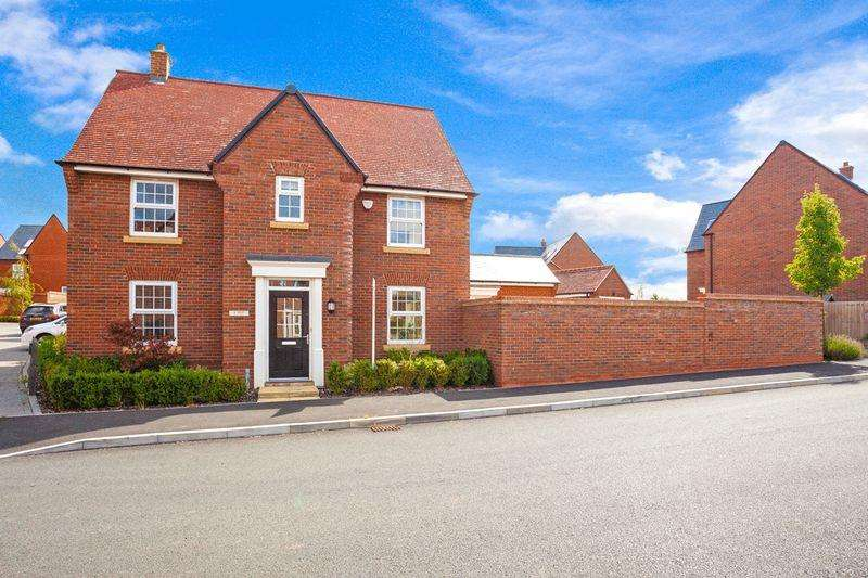 4 Bedrooms Detached House for sale in Bobbins Way, Buckingham