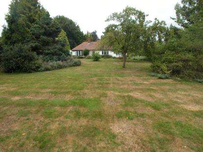 3 Bedrooms Bungalow for sale in Vicarage Lane, Burton, Neston, Cheshire, CH64