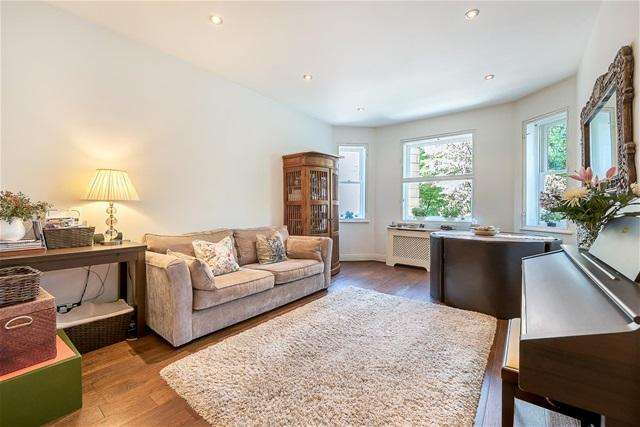 2 Bedrooms Flat for sale in Collingham Place, Earls Court , London