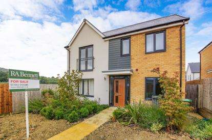 4 Bedrooms Detached House for sale in Budding Way, Dursley, Gloucestershire, .