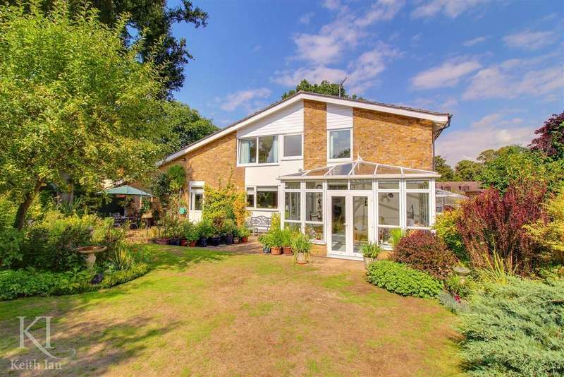 4 Bedrooms Detached House for sale in Ducketts Wood, Thundridge - Beautiful Garden!