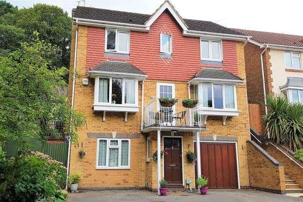 5 Bedrooms Detached House for sale in Aldershot, Hampshire