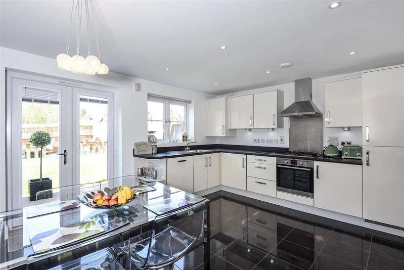 4 Bedrooms Town House for sale in Outfield Crescent, Wokingham, Berkshire, RG40 2EU