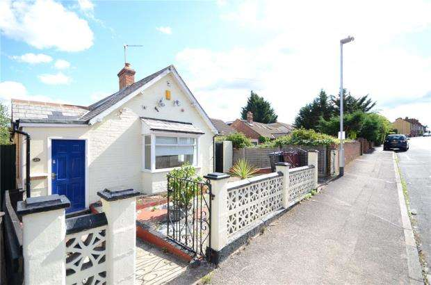 2 Bedrooms Detached Bungalow for sale in Wykeham Road, Reading, Berkshire