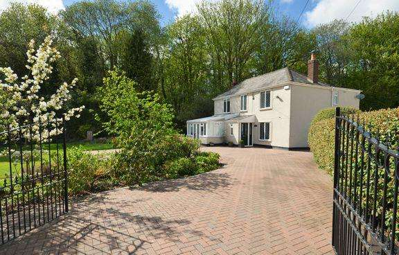 5 Bedrooms Detached House for sale in A Spacious Family House with Annexe Potential.
