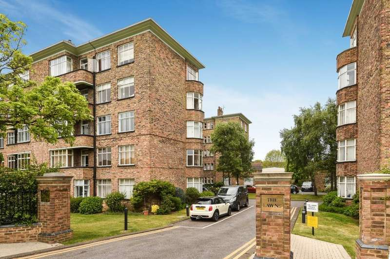3 Bedrooms Flat for sale in The Lawns Blackheath SE3