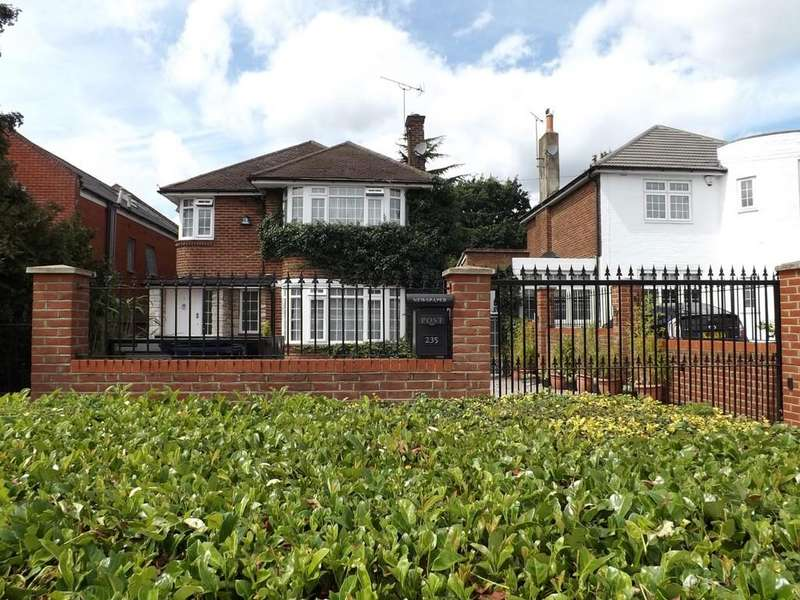 4 Bedrooms Detached House for sale in Edgwarebury Lane, Edgware
