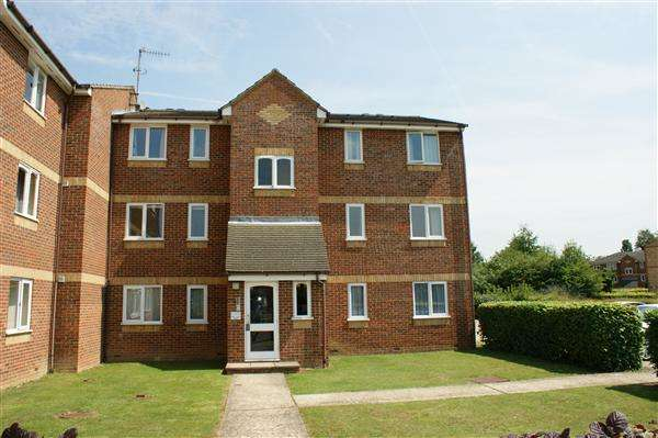 2 Bedrooms Apartment Flat for sale in Lowestoft Drive, Cippenham