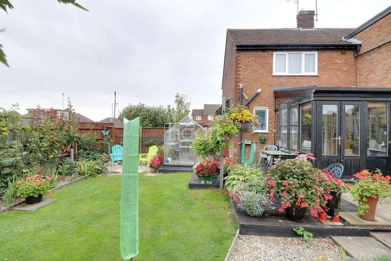 2 Bedrooms Semi Detached House for sale in Wordsworth Road, LU4
