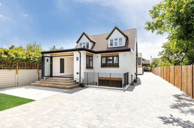4 Bedrooms Detached House for sale in Squires Road, Shepperton, TW17