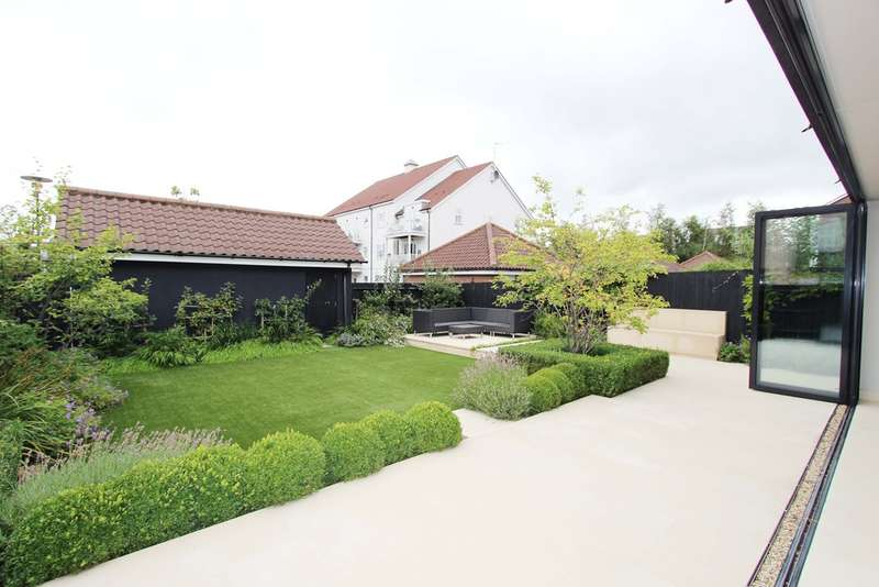 4 Bedrooms Detached House for sale in Beaumont Drive, Worcester Park
