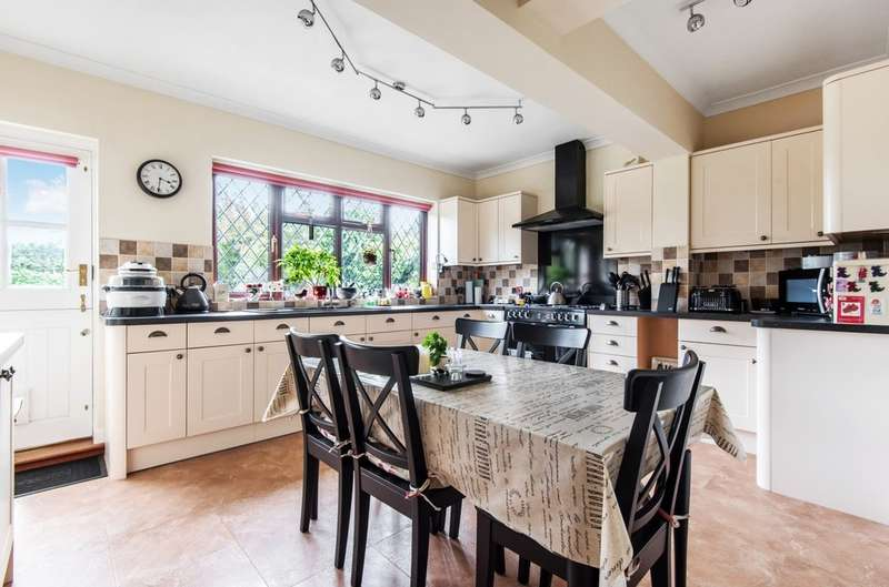 4 Bedrooms Semi Detached House for sale in Broad Lawn, London