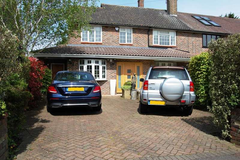 4 Bedrooms Semi Detached House for sale in Tercel Path, Chigwell IG7