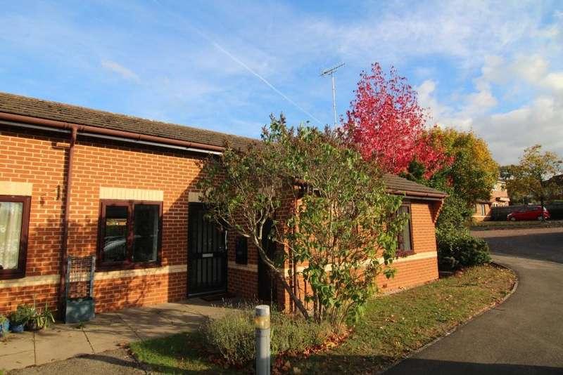 2 Bedrooms Bungalow for sale in Kennet Court, Woosehill, Wokingham, Berkshire, RG41 3DB