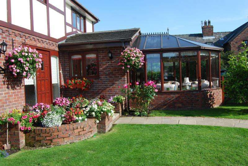 4 Bedrooms Detached House for sale in Manorial Road South, Parkgate, Neston CH64 6US