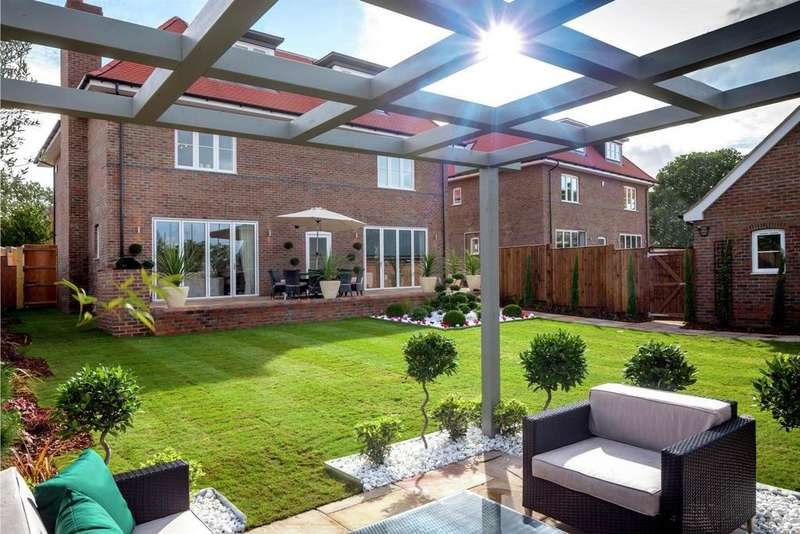 5 Bedrooms Detached House for sale in London Square, Chigwell Village, Chigwell, Essex