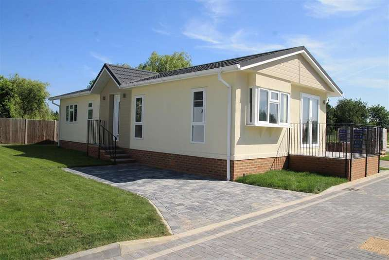 2 Bedrooms Park Home Mobile Home for sale in Huxtable Gardens, Maidenhead