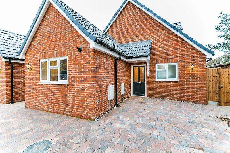 3 Bedrooms Bungalow for sale in Stoke Road, Bletchley