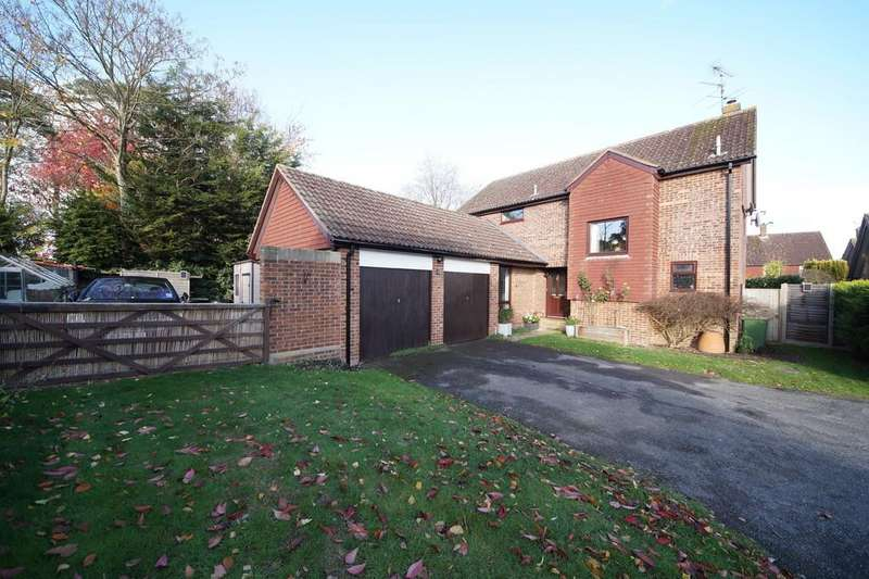 4 Bedrooms Detached House for sale in Middle Mead, Hook