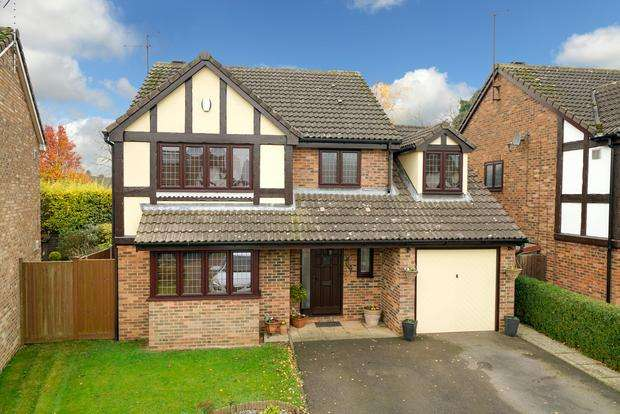 4 Bedrooms Detached House for sale in Prebendal Drive, Slip End, Luton, LU1