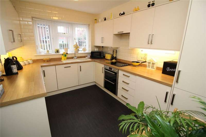 4 Bedrooms Semi Detached House for sale in Ilfracombe Crescent, Hornchurch, RM12