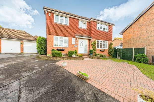 4 Bedrooms Detached House for sale in Blackwater, Camberley, .