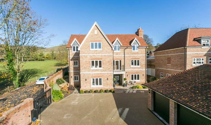 5 Bedrooms Detached House for sale in Pilgrims Way, Thurnham, Maidstone