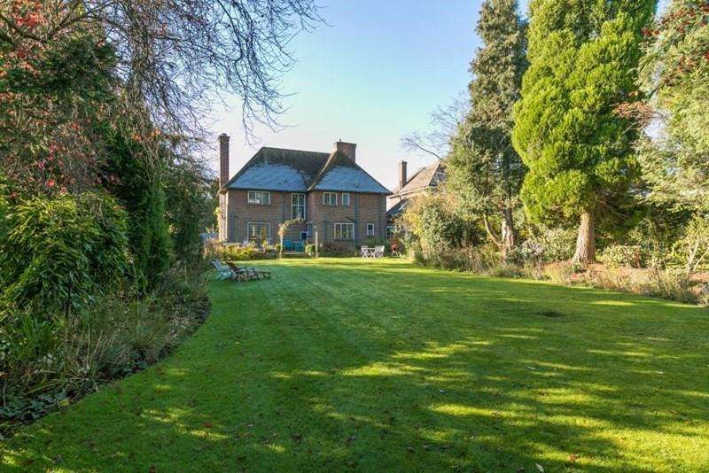4 Bedrooms Detached House for sale in Chartridge Lane, Chesham