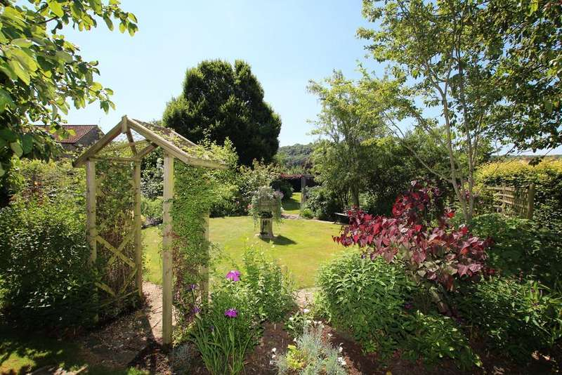 4 Bedrooms Link Detached House for sale in A tucked away gem of a home with a sublime garden