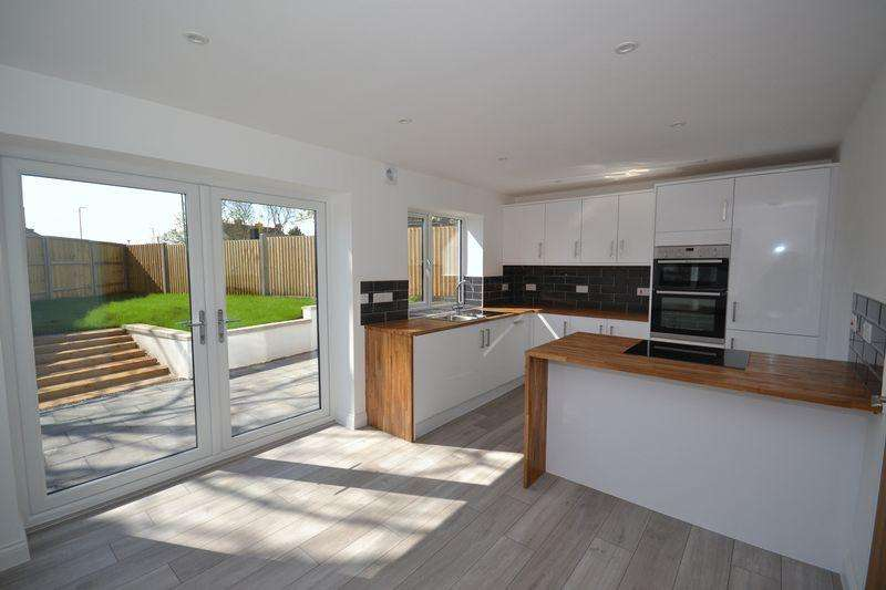 4 Bedrooms Detached House for sale in Shellards Road, Longwell Green, Bristol