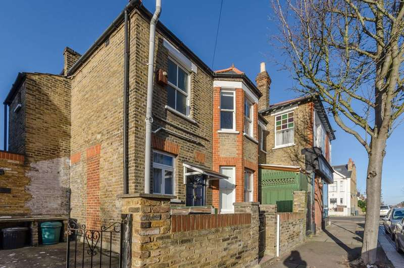 2 Bedrooms Flat for sale in Brookwood Road, Southfields, SW18