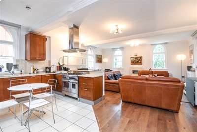2 Bedrooms Flat for rent in Abbotsview Court, Mill Hill, NW7