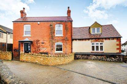 4 Bedrooms Detached House for sale in High Street, Cam, Dursley, Gloucestershire