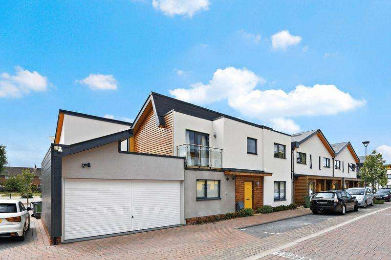 4 Bedrooms Detached House for sale in Cairns Avenue, Streatham Vale SW16