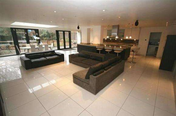 7 Bedrooms Property for rent in New Hall Road, Broughton Park