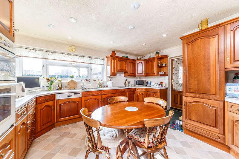 5 Bedrooms Detached Bungalow for sale in Singlets Lane, Flamstead, St. Albans, AL3