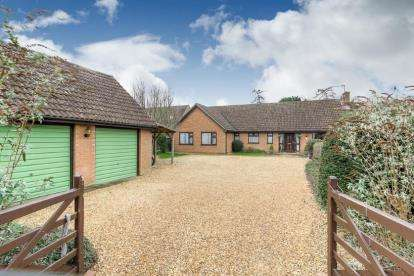 5 Bedrooms Bungalow for sale in High Street, Sharnbrook, Bedford, Bedfordshire