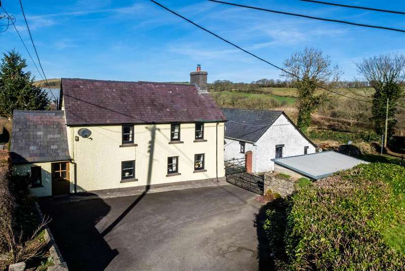 3 Bedrooms Farm House Character Property for sale in Tegfryn, Llanwnnen, Lampeter, SA48 7LA