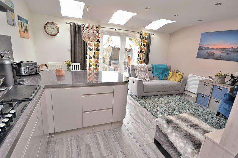 4 Bedrooms Semi Detached House for sale in WOW! Check out this stunning kitchen/diner in Linslade...
