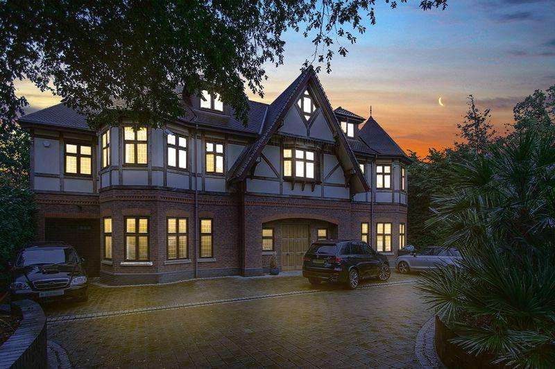 7 Bedrooms Detached House for rent in Stradbroke Drive, Chigwell IG7