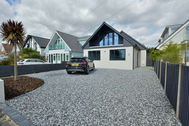 4 Bedrooms Chalet House for sale in Lulworth Avenue, Poole, BH15 4DH