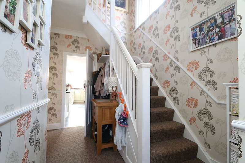 3 Bedrooms Semi Detached House for sale in Monks Way, Reading, Berkshire, RG30 3DP