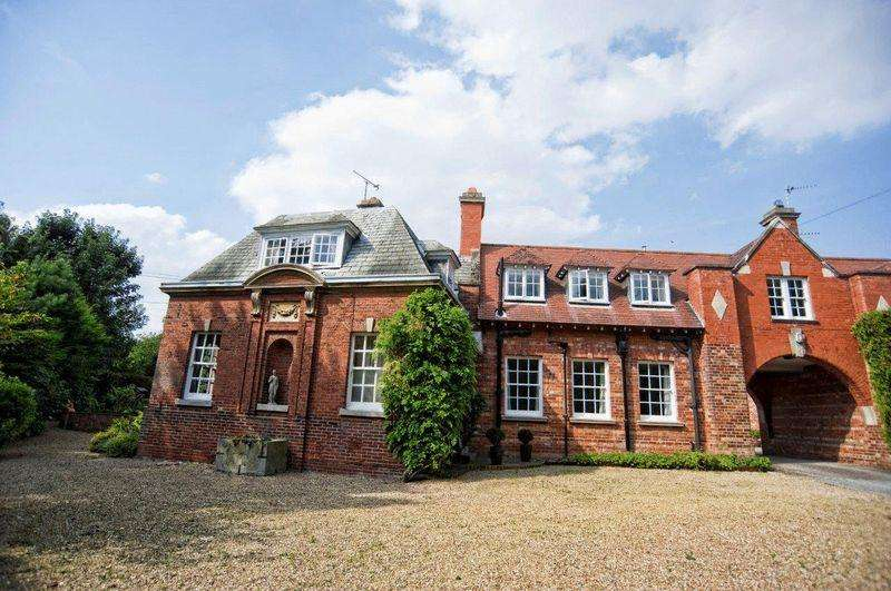 5 Bedrooms Coach House Flat for sale in The Coach House, Gainsborough Road, Gate Burton. DN21 5BA