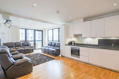 3 Bedrooms Flat for sale in London, England