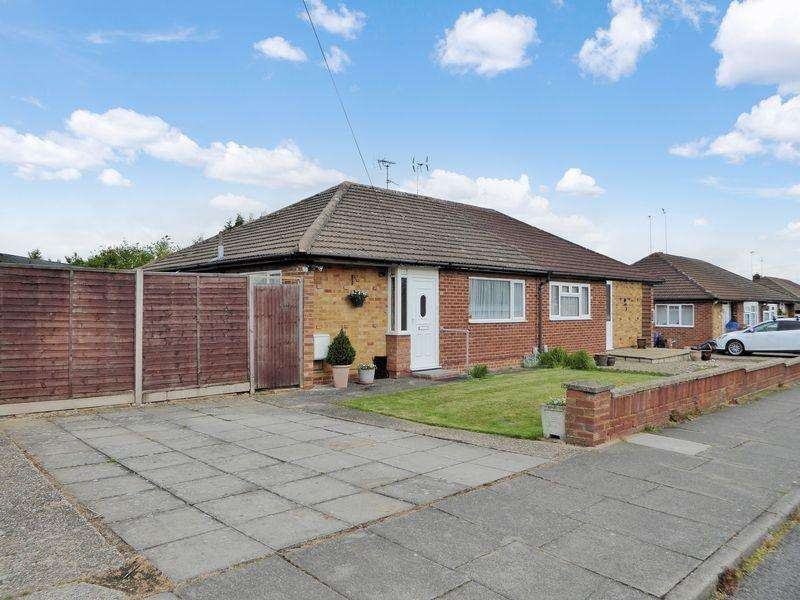 2 Bedrooms Bungalow for sale in Pynders Lane, Dunstable